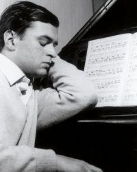 0016-Kurt-Rydl-am-elterlichen-Klavier
